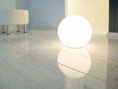 Глянцевый ламинат при искусственном освещении
