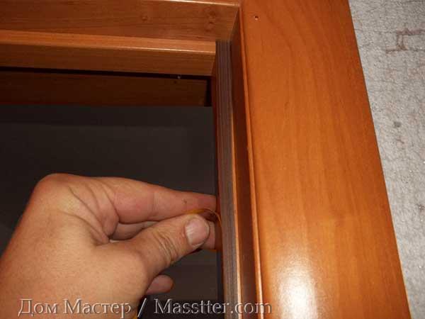 Клеим уплотнитель на дверную коробку