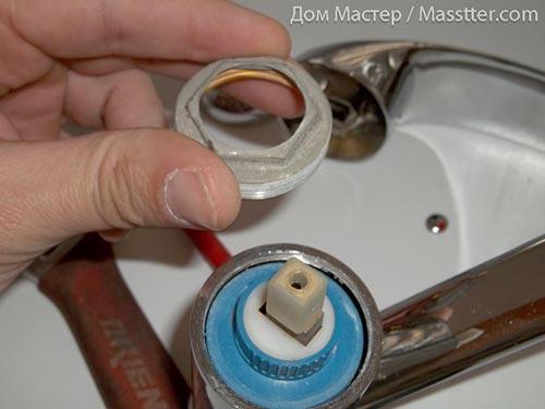 Ремонт однорычажного (флажкового) смесителя. Снимаем круговую гайку (9)