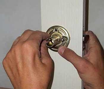 Установка замка в дверь